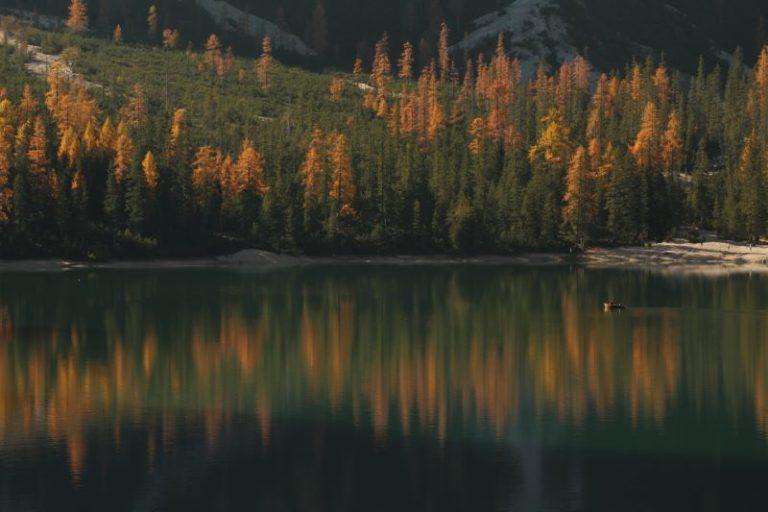 Lago di Braies in versione autunnale
