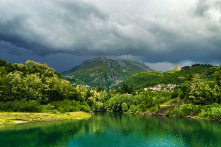 la montagna che sembra tenere in bilico il peso di un cielo plumbeo
