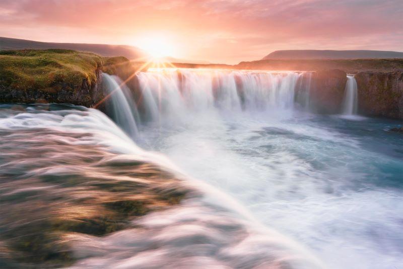 Un tramonto nella cascata di Godafoss.