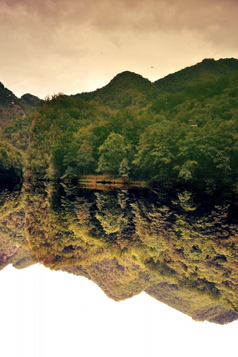 la natura che si specchia nella sua bellezza