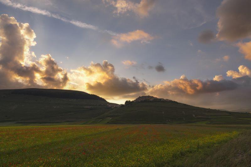 castelluccio di norcia al tramonto
