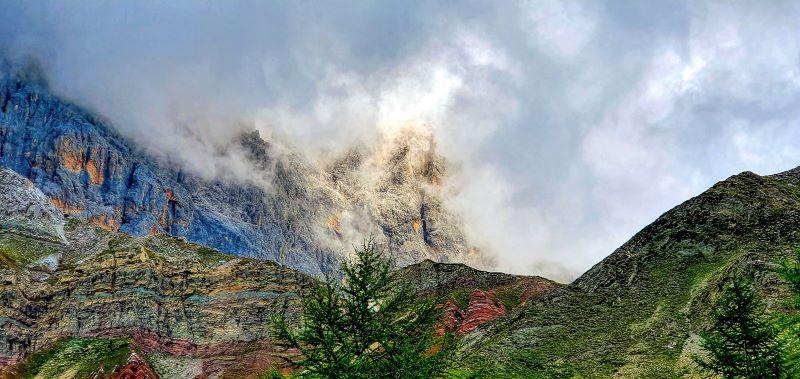 le crode rosse sbucano tra le nuvole