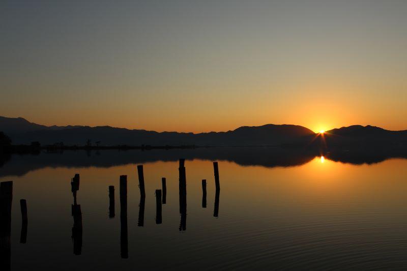 il risveglio del sole sull'acqua del lago