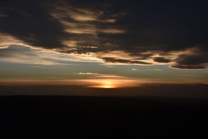 tra terra e cielo un vortice di luce e colori al tramonto